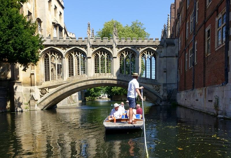 łódka z turystami płynąca po kanale w Cambridge